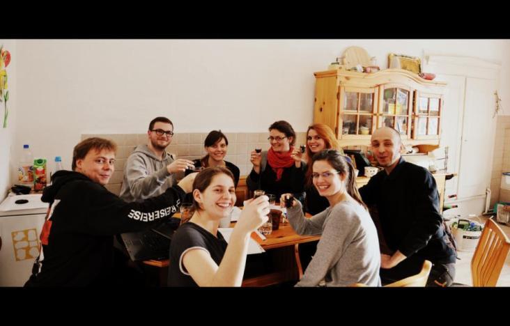 Erst die Formalitäten, dann der ungarische Kirschlikör. Gründungsveranstaltung am 8. Februar 2013.